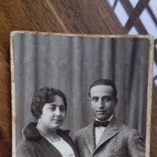 Fotografía antigua: FOTOGRAFIA DE ESTUDIO CASTELLANO DE SEVILLA, AÑOS 20 PAREJA ENGALANADA (DEDICADA). Lote 195032903