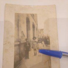 Fotografía antigua: POSTAL FOTOGRÁFICA NIÑOS POSANDO EN LA CALLE. ASTURIAS. Lote 195052770