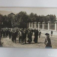 Fotografía antigua: TARJETA POSTAL, GRANOLLERS - AUTORIDADES ALCALDE, CURA Y GUARDIA CIVIL - AÑOS 40. Lote 195216208