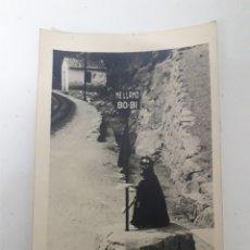 Fotografía antigua: DOS FOTOGRAFÍAS DEL PERRO BOBI Y TREN DE MONTSERRAT. Lote 195331377