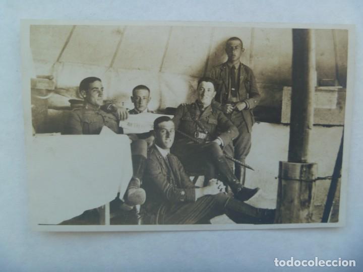 GUERRA AFRICA : FOTO DE MILITARES ARTILLERIA EN TIENDA DE CAMPAÑA, CON PERIODICO ¨... DEL RIF (Fotografía Antigua - Tarjeta Postal)