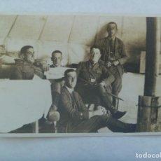 Fotografía antigua: GUERRA AFRICA : FOTO DE MILITARES ARTILLERIA EN TIENDA DE CAMPAÑA, CON PERIODICO ¨... DEL RIF . Lote 195346706