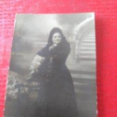 Fotografía antigua: SEÑORA CON MANTILLA. Lote 195403951