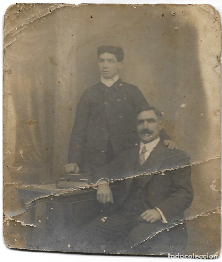 FOTOGRAFÍA ANTIGUA RECORTADA DE DOS HOMBRES - FOTOGRAFÍA LA CENTRAL FOTOGRÁFICA - BARCELONA (Fotografía Antigua - Tarjeta Postal)