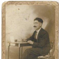 Fotografía antigua: FOTOGRAFÍA ANTIGUA UN HOMBRE PENSANDO Y ESCRIBIENDO FOTÓGRAFO DESCONOCIDO. Lote 195426628