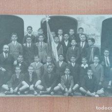 Fotografía antigua: FOTOGRAFÍA GRUPO DE NIÑOS DE COLEGIO CON PROFESORES. Lote 196977388