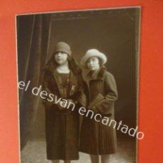 Fotografía antigua: MADRE E HIJA POSANDO EN ESTUDIO IGEA. BARCELONA. Lote 197810596