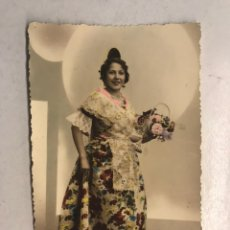 Fotografia antica: FALLAS VALENCIA. FOTOGRAFÍA DE ESTUDIO COLOREADA, R. ROSELL. FALLERA CON TRAJE REGIONAL (A.1935). Lote 198499595