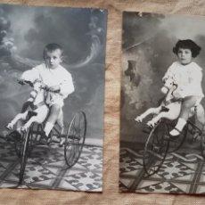 Fotografía antigua: PAREJA DE FOTOS POSTAL NIÑA Y NIÑO CON TTRICICLO CABALLO AÑOS 20 W. Lote 199196346