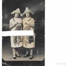 Fotografía antigua: DOS JOVENES DIFRAZADAS DE ORIENTALES, LISTAS PARA EL CARNAVAL. FOTO JORGE ROMAN. AGUILAS - MURCIA. Lote 203951238