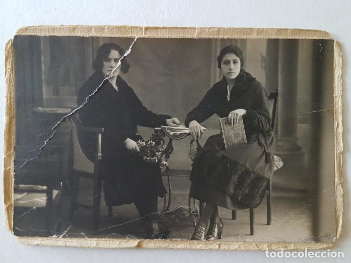 DOS DAMAS CAFETIN AÑOS 1921 TARJETA POSTAL MONTADA SOBRE PAPEL (Fotografía Antigua - Tarjeta Postal)