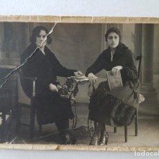 Fotografía antigua: DOS DAMAS CAFETIN AÑOS 1921 TARJETA POSTAL MONTADA SOBRE PAPEL. Lote 205771871