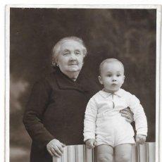 Fotografía antigua: ABUELA CON NIETO - STUDI FOTOGRAFIC DAGUERRE - BARCELONA - FECHADO 1935?. Lote 206249792