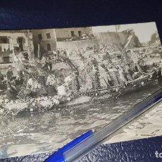 Fotografía antigua: LLANES, BARCAZA DECORADA FLORES, ANTIGUA FOTO ORIGINAL, PEPE, LLANES, 14 X 9 CM.. Lote 206436051
