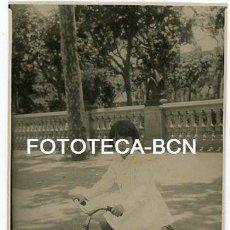 Fotografía antigua: FOTO ORIGINAL NIÑA CON TRICICLO BARCELONA AÑOS 30/40. Lote 208341223