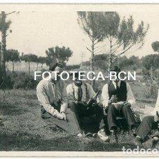 Fotografía antigua: FOTO ORIGINAL GRUPO DE HOMBRES MERIENDA EN EL CAMPO BOTELLAS DE VINO CATALUNYA AÑOS 30. Lote 208484162