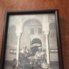 Fotografía antigua: RETRATOS EN LA ALAMBRA FOTOGRAFÍA DESCONOCIDO ENMARCADA 255X 195MM.. Lote 209144547