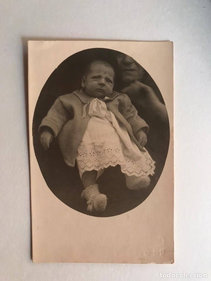 FOTOGRAFÍA ANTIGUA. DISFRUTANDO DEL BEBE (H.1920?) ANÓNIMO (Fotografía Antigua - Tarjeta Postal)