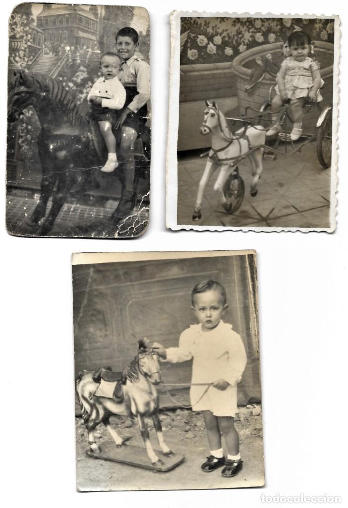 LOTE TRES FOTOGRAFÍAS DE NIÑOS EN CABALLITOS DE JUGUETE ANTIGUAS (Fotografía Antigua - Tarjeta Postal)