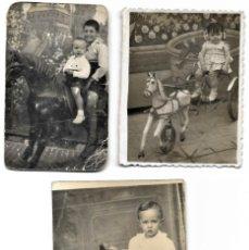 Fotografía antigua: LOTE TRES FOTOGRAFÍAS DE NIÑOS EN CABALLITOS DE JUGUETE ANTIGUAS. Lote 211395677