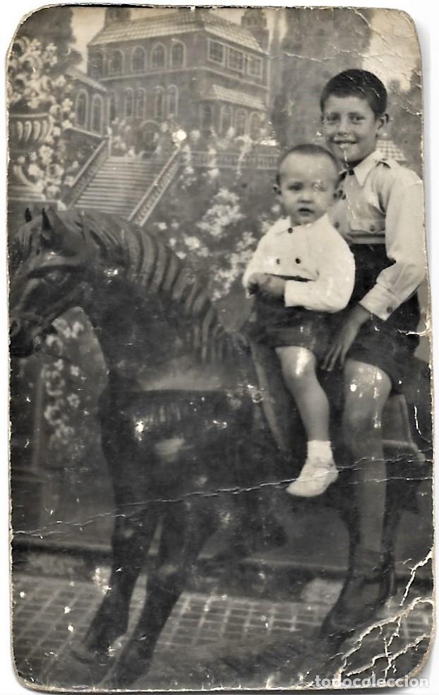 Fotografía antigua: LOTE TRES FOTOGRAFÍAS DE NIÑOS EN CABALLITOS DE JUGUETE ANTIGUAS - Foto 2 - 211395677