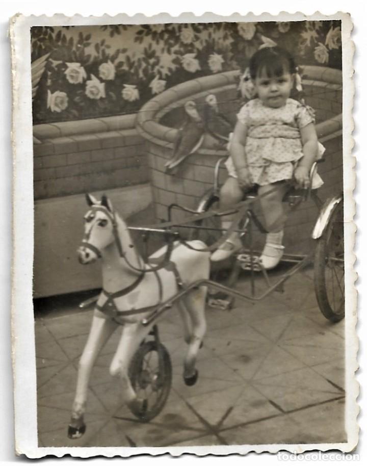 Fotografía antigua: LOTE TRES FOTOGRAFÍAS DE NIÑOS EN CABALLITOS DE JUGUETE ANTIGUAS - Foto 3 - 211395677