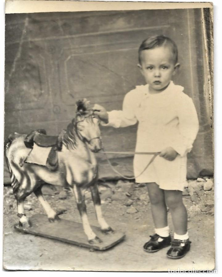 Fotografía antigua: LOTE TRES FOTOGRAFÍAS DE NIÑOS EN CABALLITOS DE JUGUETE ANTIGUAS - Foto 4 - 211395677