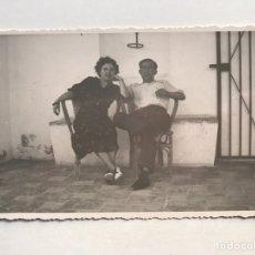 Fotografia antiga: PARADOR NACIONAL DE CALPE, FRENTE AL PEÑÓN, PAREJA EN LA TERRAZA, DEL PARADOR, CASA MARIN (H.1950?). Lote 211656588