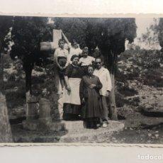 Fotografía antigua: LA VALENCIA QUE FUE.. FOTOGRAFÍA ORÍGINAL, SUBIENDO AL CALVARIO. TARDE DE DOMINGO (H.1930?). Lote 211731236