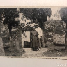 Fotografía antigua: LA VALENCIA QUE FUE.. FOTOGRAFÍA ORÍGINAL, SUBIENDO AL CALVARIO. TARDE DE DOMINGO (H.1930?). Lote 211731448