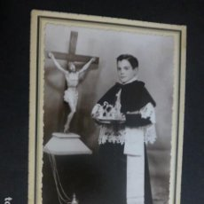 Fotografía antigua: SORIA RETRATO DE MONAGUILLO CON VINAJERAS E INCENSARIO FOTO ESTUDIO ALEMAN TAMAÑO POSTAL SOBRE CARTO. Lote 212330965