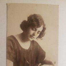 Fotografía antigua: RETRATO SEÑORA LEYENDO LIBRO FOTOGRAFIA POSTAL 1923. Lote 212339842