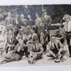 Fotografía antigua: ANTIGUA FOTOGRAFIA GRUPO DE AMIGOS POSANDO, AÑOS 40. Lote 214204553