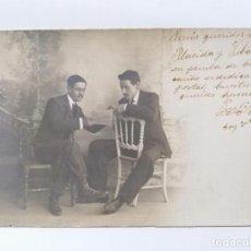 Fotografía antigua: ANTIGUA FOTOGRAFIA DOS JOVENES POSANDO SENTADOS, AÑO 1909, ESTUDIO CELEDONIO P. LOPEZ. Lote 214239396