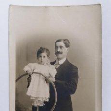 Fotografía antigua: ANTIGUA FOTOGRAFIA CABALLERO SUJETANDO NIÑA, AÑO 1913, ESTUDIO CELEDONIO P. LOPEZ. Lote 214239548