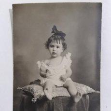 Fotografía antigua: ANTIGUA FOTOGRAFIA BEBE SENTADO POSANDO, AÑOS 20, ESTUDIO ROCA. Lote 214239755