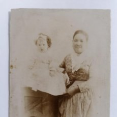 Fotografía antigua: ANTIGUA FOTOGRAFIA ABUELA POSANDO CON NIETA, AÑOS 10, FOTOGRAFIA ELIAS BUENO, MADRID. Lote 214239927