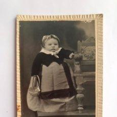 Fotografia antica: R. RATTO, FOTOGRAFO. VINAROZ, CASTELLON. RETRATO ESTUDIO. BEBE CON TRAJE REGIONAL..(H.1910?). Lote 214566953
