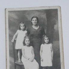 Fotografía antigua: FOTO ANTIGUA DE MUJER CON NIÑAS - TARJETA POSTAL - ARTURO DEL FRESNO VILLAVICIOSA. Lote 218315868