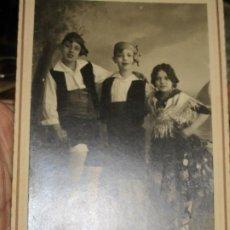 Fotografia antiga: ANTIGUA FOTO TARJETA POSTAL DE ALICANTE JOVENES CON TRAJE REGIONAL DE FIESTAS. Lote 218551391