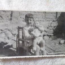 Fotografía antigua: NIÑO SENTADO COGIENDO UN BEBE. Lote 219182473