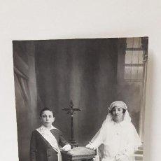 Fotografía antigua: NIÑA Y NIÑO DE COMUNION POSANDO . TARJETA POSTAL . UNION ESPAÑOLA DE CORREOS. Lote 219250386