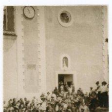 Fotografía antigua: FOTO ORIGINAL OSSET PLAZA DE LA POBLACION IGLESIA CELEBRACION RELIGIOSA MUNICIPIO ANDILLA AÑOS 20/30. Lote 221659781