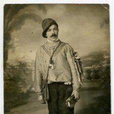 Fotografía antigua: SANTANDER, FOTÓGRAFO ANICETO, CARNAVAL 1914, CABALLERO VESTIDO DE TUNO CON PANDERETA, FOTOPOSTAL. Lote 221955598
