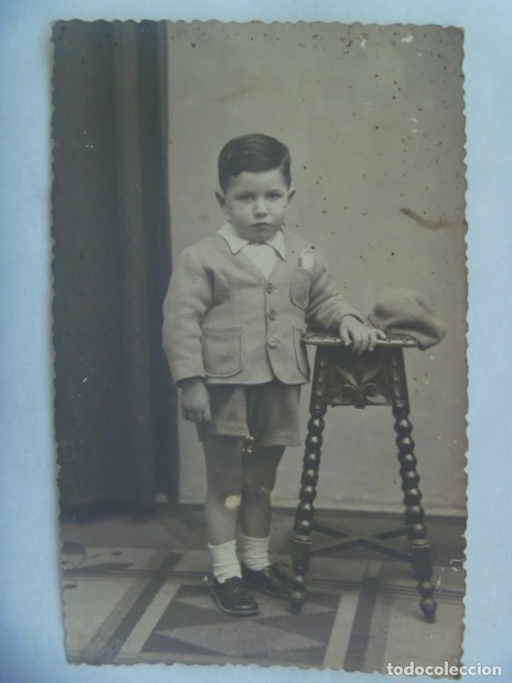 PRECIOSA FOTO DE ESTUDIO DE NIÑO ELEGANTE CON PANTALON CORTO Y CHAQUETA, 1943 . TROQUELADA (Fotografía Antigua - Tarjeta Postal)