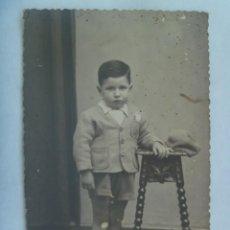 Fotografía antigua: PRECIOSA FOTO DE ESTUDIO DE NIÑO ELEGANTE CON PANTALON CORTO Y CHAQUETA, 1943 . TROQUELADA. Lote 222834945