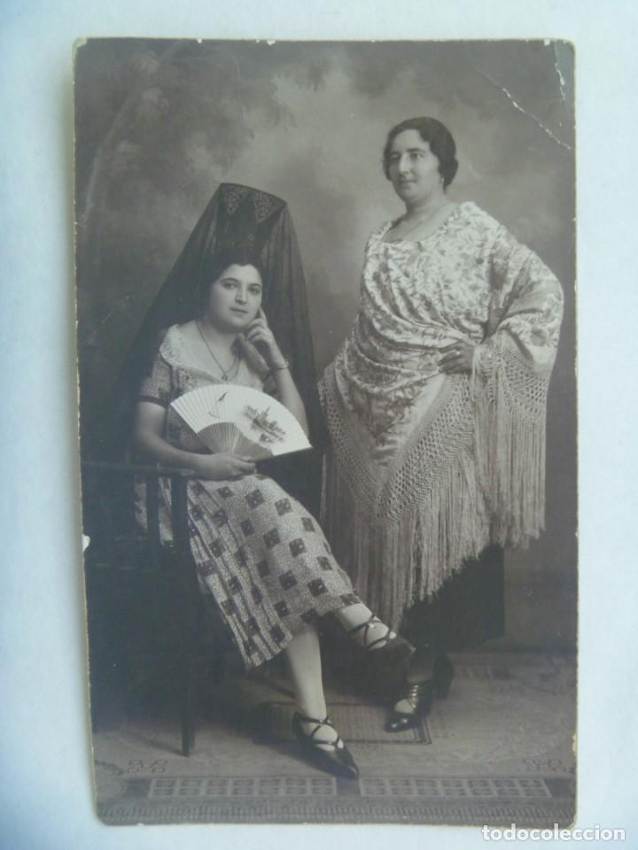 FOTO DE SEÑORITAS CON PEINETA Y MANTILLA Y MANTON DE MANILA, ABANICO, AÑOS 30. DE ARENAS, SEVILLA (Fotografía Antigua - Tarjeta Postal)
