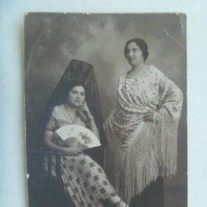 Fotografía antigua: FOTO DE SEÑORITAS CON PEINETA Y MANTILLA Y MANTON DE MANILA, ABANICO, AÑOS 30. DE ARENAS, SEVILLA. Lote 222838090