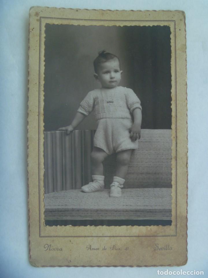 PRECIOSA FOTO DE ESTUDIO DE NIÑO ELEGANTE CON PANTALON CORTO, 1940. DE NOVOA, SEVILLA (Fotografía Antigua - Tarjeta Postal)