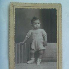 Fotografía antigua: PRECIOSA FOTO DE ESTUDIO DE NIÑO ELEGANTE CON PANTALON CORTO, 1940. DE NOVOA, SEVILLA. Lote 222855093